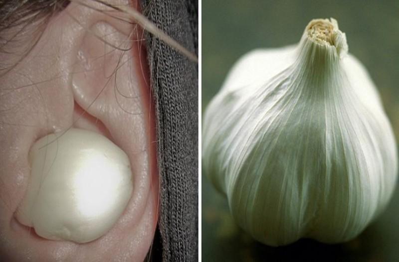Παίρνει μια σκελίδα σκόρδο, την βάζει στο αυτί και περιμένει 30 λεπτά! Το αποτέλεσμα θα σας λυτρώσει!