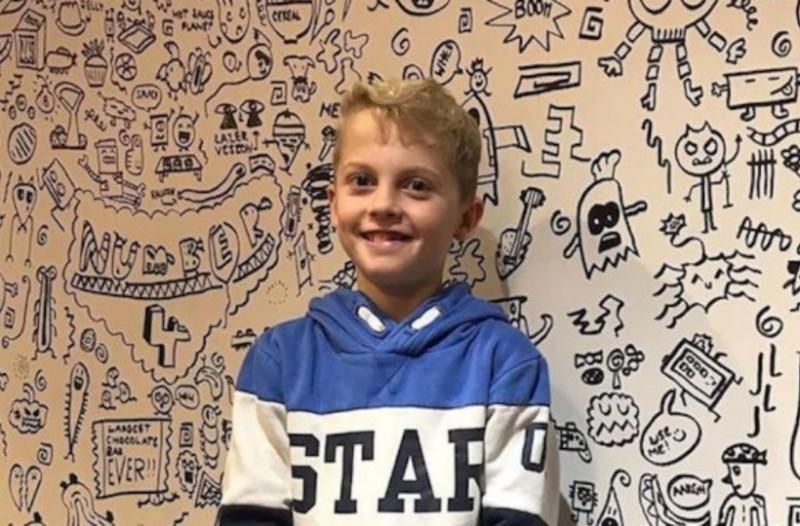 Ένας 9χρονος έγινε διάσημος από τις μουτζούρες του και διακοσμεί τοίχους εστιατορίων!