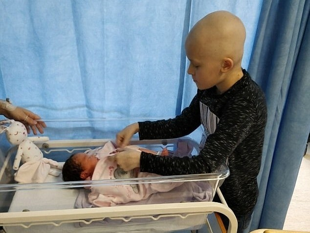 9χρονος σε τελικό στάδιο καρκίνου έδωσε μάχη με την ζωή του για να προλάβει να γνωρίσει την μικρή του αδερφή!