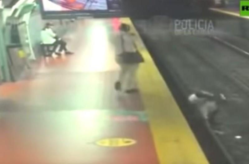 Σοκαριστικό βίντεο: Άντρας χάζευε το κινητό του και έπεσε στις ράγες του μετρό!