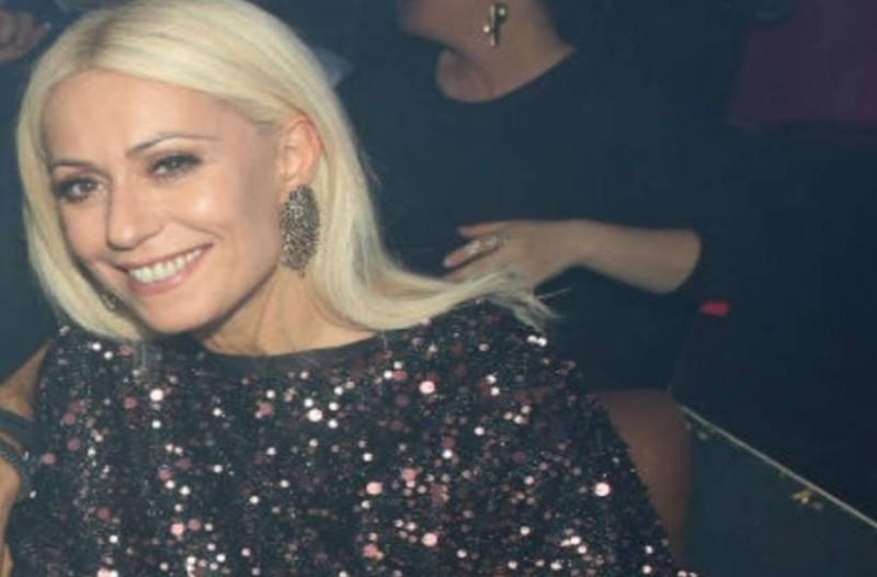 Τρισευτυχισμένη η Μαρία Μπακοδήμου: Τα «έσπασε» σε νυχτερινό μαγαζί με άντρα στο πλευρό της!