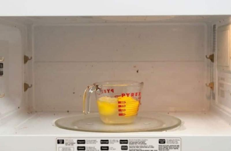 Έβαλε ένα μπολ νερό με λεμόνι στον φούρνο μικροκυμάτων. Αυτό που συμβαίνει έπειτα μας αφήνει άφωνους...