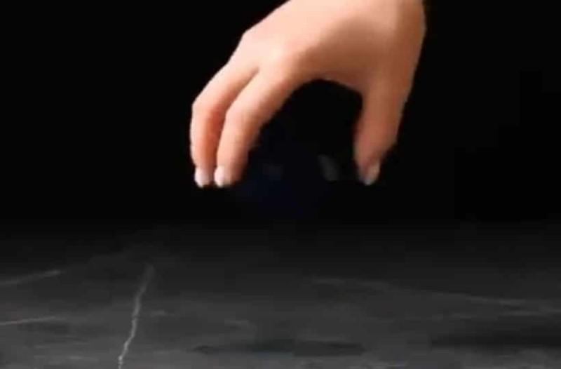 Βουτάει ένα αυγό σε ξύδι και μετά σε σιρόπι! Σοκαριστικό αποτέλεσμα! (Video)
