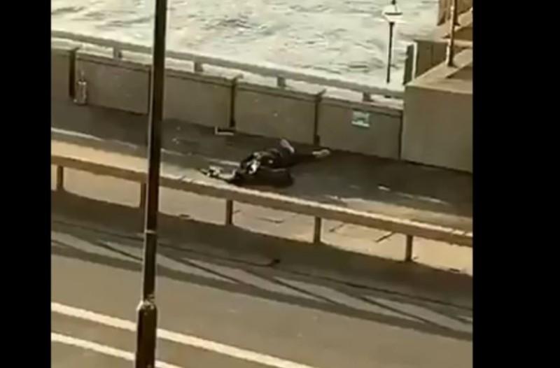 Γέφυρα Λονδίνου: Αστυνομικοί πυροβόλησαν άντρα που μαχαίρωσε περαστικούς! (Video)