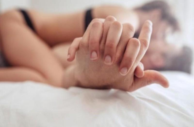 Μια γυναίκα είναι στο κρεβάτι με τον εραστή της, ξαφνικά ακούν το αυτοκίνητο του συζύγου...!