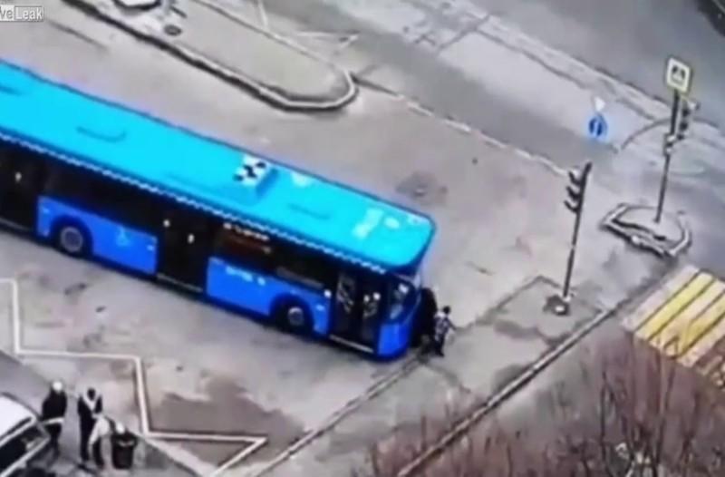 Γιαγιά περπατάει με το εγγόνι της και την πατάει λεωφορείο! (Video)