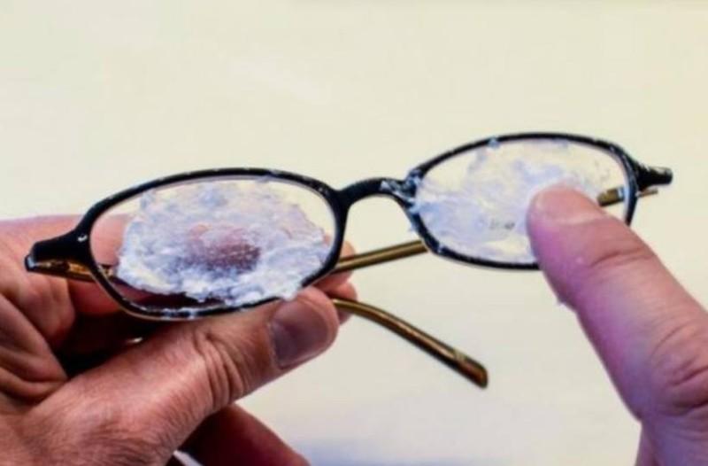 Βάζει μαγειρική σόδα πάνω σε γυαλιά! Αυτό που θα συμβεί θα σας αφήσει άφωνους