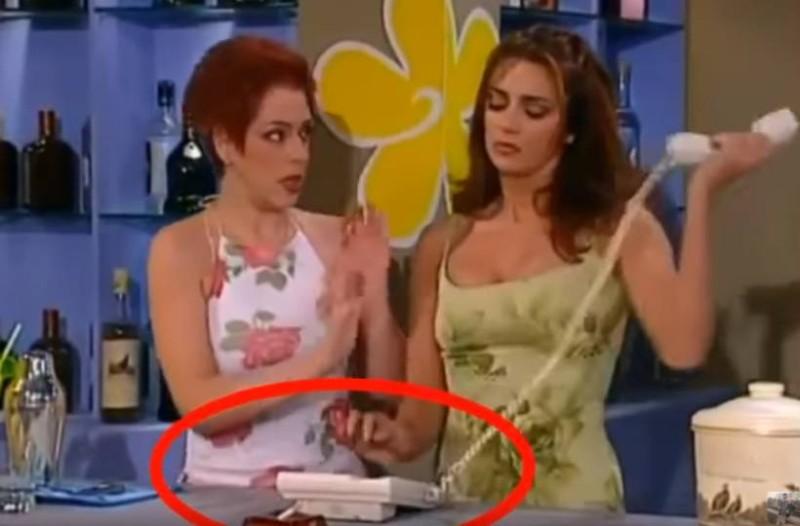 Κωνσταντίνου και Ελένης: Βλέπετε το τηλέφωνο στο μπαρ στα Εξάρχεια; Λίγα δευτερόλεπτα μετά συμβαίνει το... απίστευτο!