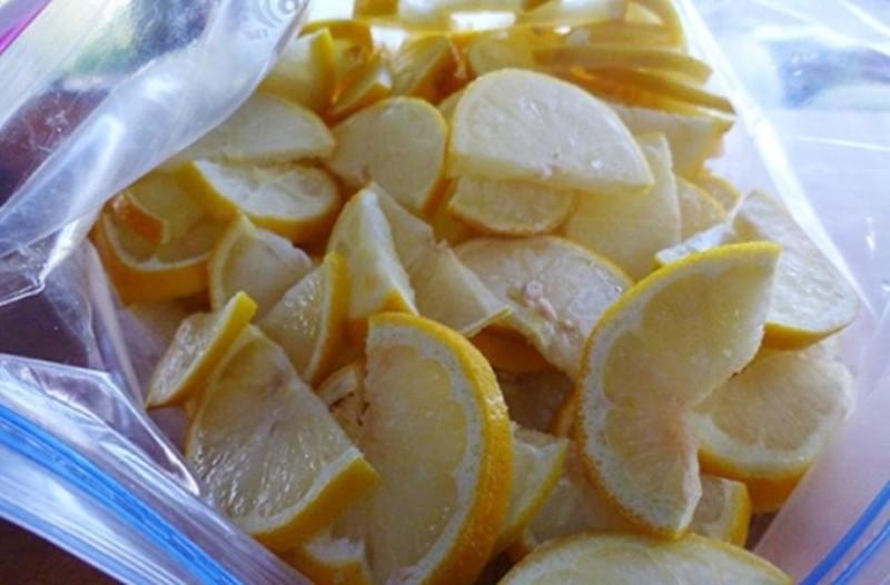 Βάλτε κομματάκια λεμονιού στην κατάψυξη και αφήστε τα για μια εβδομάδα... το αποτέλεσμα εκπληκτικό!