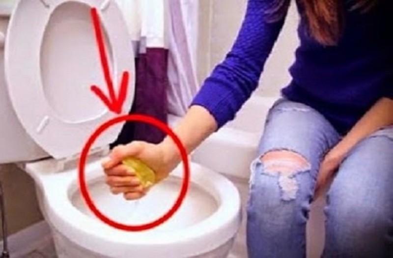 Βάζει χοντρό αλάτι σε ένα λεμόνι και το έστυψε στην τουαλέτα! Θα εκπλαγείτε με το αποτέλεσμα!