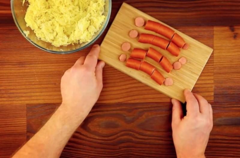Τυλίγει μια βραστή πατάτα σε ένα λουκάνικο! Όταν δείτε τι βγαίνει θα το κάνετε και εσείς!