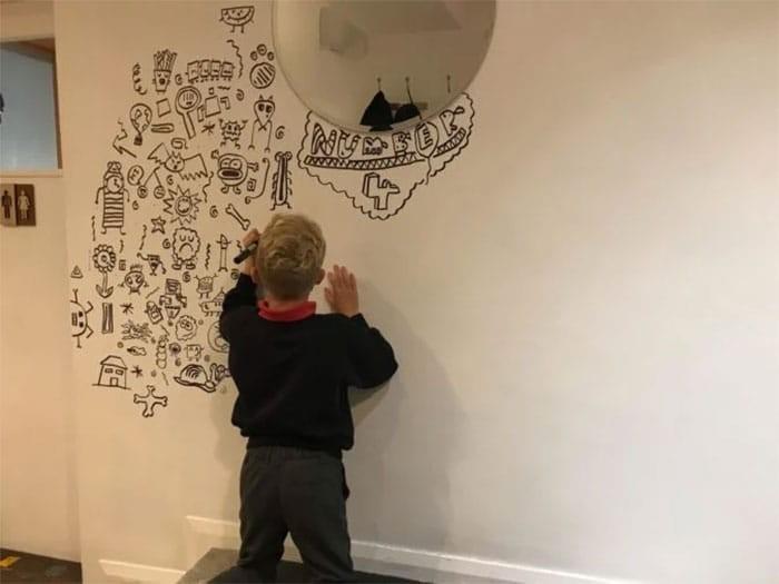 αγόρι ζωγραφίζει