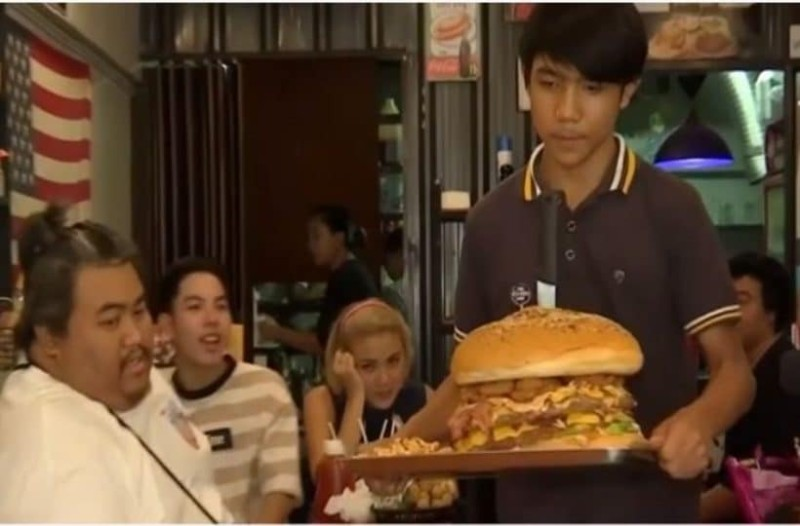 Αν φάτε αυτό το μπέργκερ θα κερδίσετε 300 ευρώ! Αντέχετε; (Video)