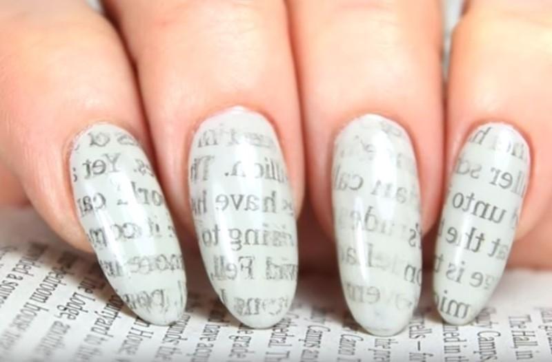 Με ένα κομμάτι εφημερίδας και λίγο νερό κάνεις το καλύτερο σχέδιο για τα νύχια! (Video)