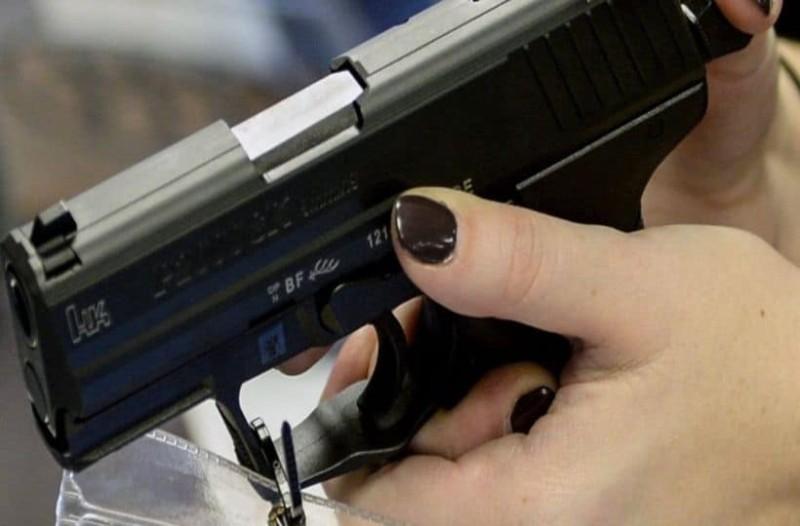 Σοκ: Καθηγήτρια απείλησε μαθητές με όπλο!