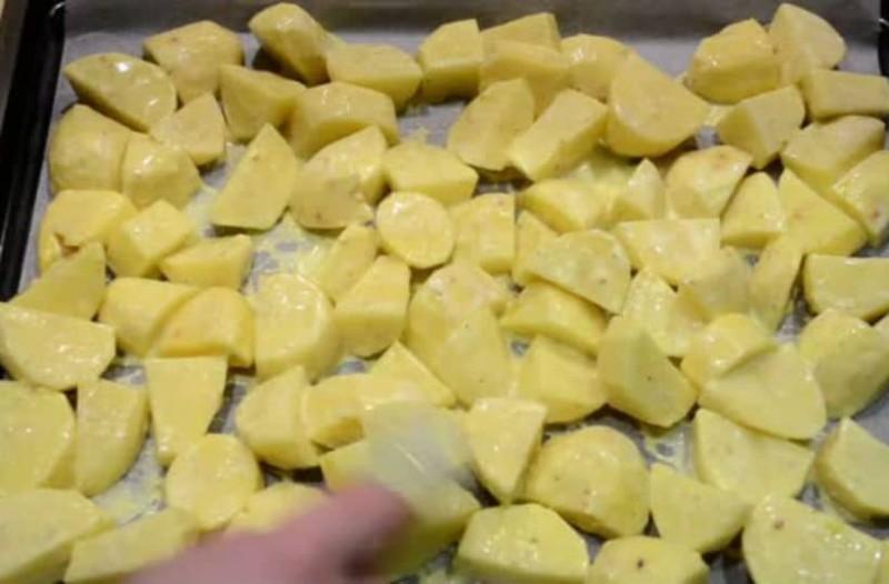 Έβαλε τις πατάτες στο ταψί. Μόλις τις έβγαλε από τον φούρνο αντίκρισε το... τέλειο!