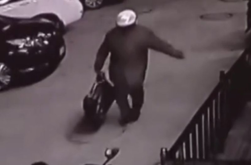 Φρίκη: Πα-τέρας έβαλε το παιδί του σε τσάντα και το άφησε έξω από κτίριο! (Video)