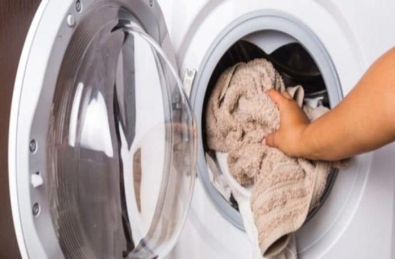 Βάζει τα ρούχα στο πλυντήριο προσθέτοντας μερικές κουταλιές αλάτι! Ο λόγος; Ευφυέστατος!