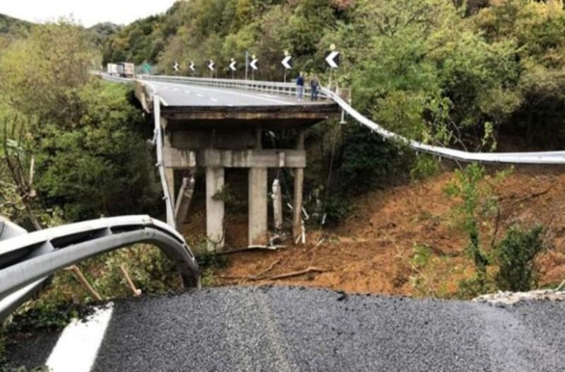 Σοκ: Κατέρρευσε γέφυρα λόγω έντονης βροχόπτωσης στην Ιταλία!