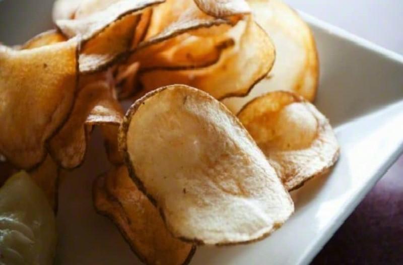Φτιάξτε μόνοι σας μέσα 5 λεπτά σπιτικά πατατάκια! (Video)