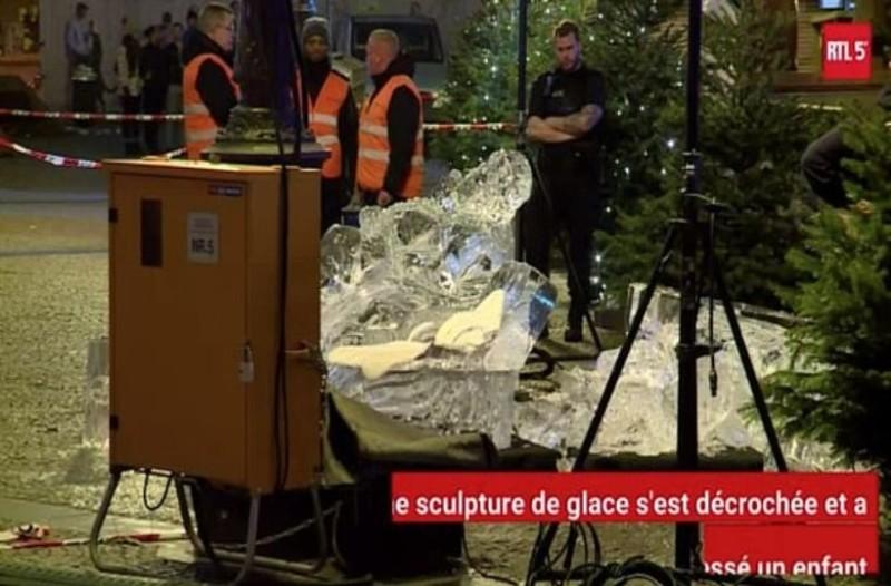 Φρικιαστικός θάνατος 2χρονου παιδιού: Καταπλακώθηκε από γλυπτό πάγου! (Video)