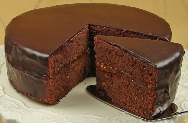 Εύκολη τούρτα με πραλίνα φουντουκιού και σιρόπι καραμέλας!