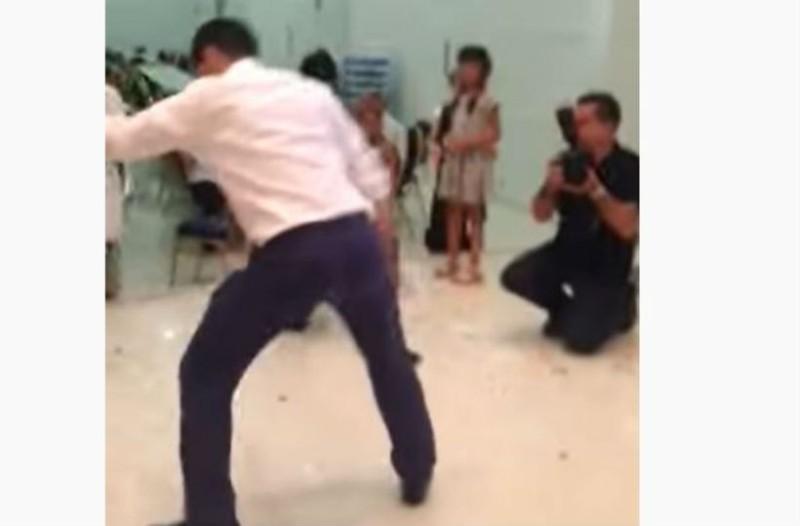 Μερακλής γαμπρός χορεύει ζεϊμπέκικο και