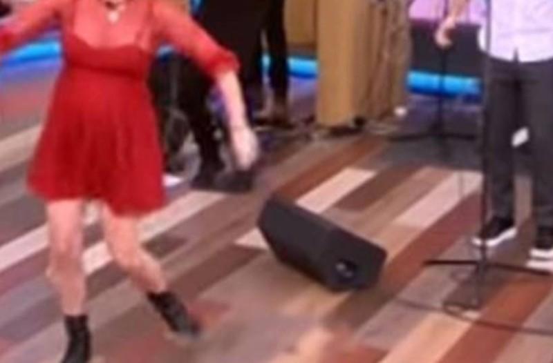 Έγκυος σηκώνεται να χορέψει βαρύ ζεϊμπέκικο στην ελληνική τηλεόραση! Λίγο μετά πάγωσαν όλοι