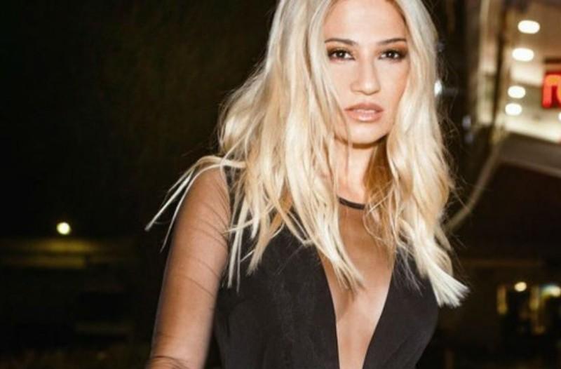 Φαίη Σκορδά: Η ζακέτα της κοστίζει 179 ευρώ και έχει ασημί λεπτομέρειες! Θα την φορούσες;