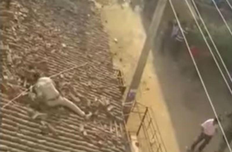 Μια λεοπάρδαλη ανέβηκε σε μια στέγη που ήταν ένας άνθρωπος. Μόλις την είδε...
