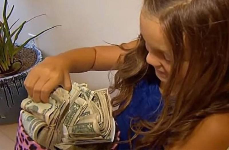 Κοριτσάκι 8 ετών γύρισε σπίτι με 60.000 ευρώ και η εξήγηση της θα σας κάνει να πάθετε ''εγκεφαλικό''!