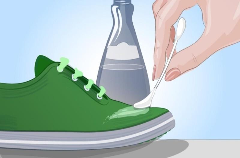 Βάζει ασετόν στο παπούτσι και αρχίζει να το τρίβει! Το αποτέλεσμα δεν το περίμενε κανείς!