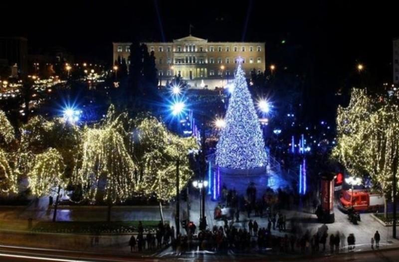 Η Αθήνα «φοράει» τα γιορτινά της: Την Τρίτη φωταγωγείται η πλατεία Συντάγματος!