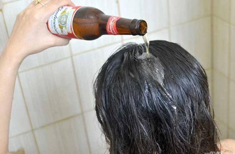 Βάζει μπύρα στα μαλλιά της μετά το λούσιμο...Δεν φαντάζεστε τι συμβαίνει στη συνέχεια!
