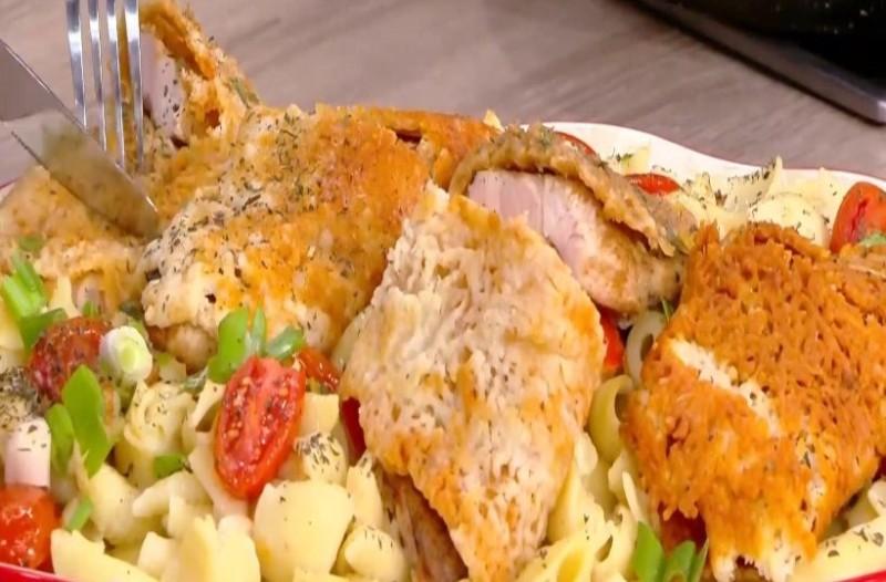 Φιλέτο κοτόπουλο τυλιχτό σε κρούστα παρμεζάνας και μακαρόνι κοχυλάκι! (Video)