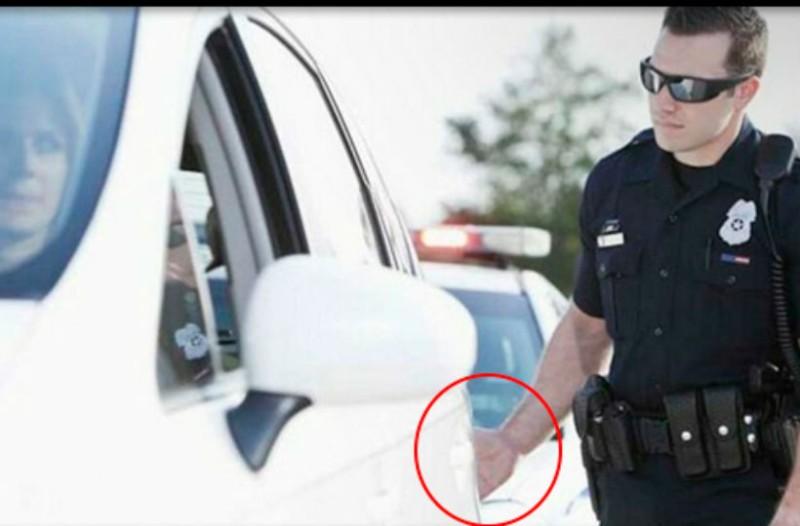 Εσύ ήξερες γιατί οι αστυνομικοί αγγίζουν το αυτοκίνητό σου όταν σε σταματούν για έλεγχο;