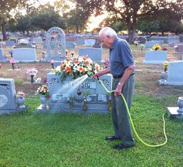 απορούσε χρόνια γιατί ο τάφος του γιου της είναι πράσινος