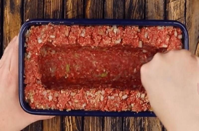 Γεμίζει με κιμά μία φόρμα για κέικ και αφήνει λίγο κενό στη μέση. το αποτέλεσμα; Θα σας ξετρελάνει!