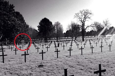τι απαθανάτισε ένας 14χρονος σε νεκροταφείο
