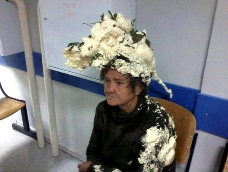 Γιαγιά μπερδεύτηκε και αντί για αφρό έβαλε στα μαλλιά της...πολυουρεθάνη! Θα λιώσετε από τα γέλια!