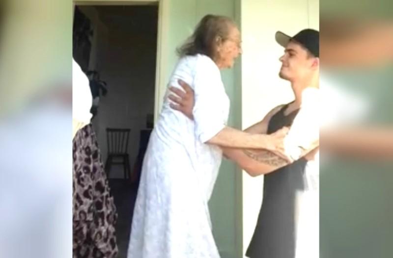 Γονατίζει μπροστά στην γιαγιά του και την σηκώνει τα χορέψουν! Αυτό που γίνεται στην συνέχεια συγκινεί τους πάντες!
