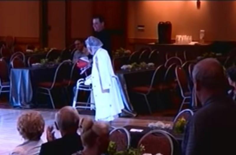 Μια γιαγιά ανέβηκε σε πίστα χορού με ένα Π... Κανένας δεν περίμενε αυτό που ακολούθησε! (Video)