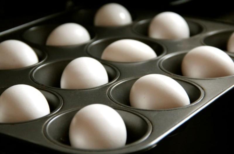 Έβαλε ολόκληρα αυγά σε μία φόρμα για κέικ και... Το αποτέλεσμα; Θα σας αφήσει με το στόμα ανοιχτό!