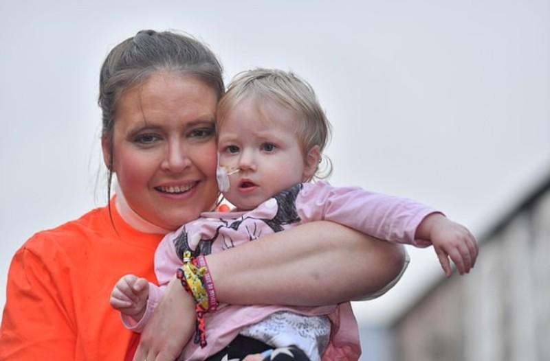 Το κοριτσάκι της έκανε εγχείρηση ανοιχτής καρδιάς...ένα χρόνο μετά πληροφορείται ότι πάσχει από καρκίνο!