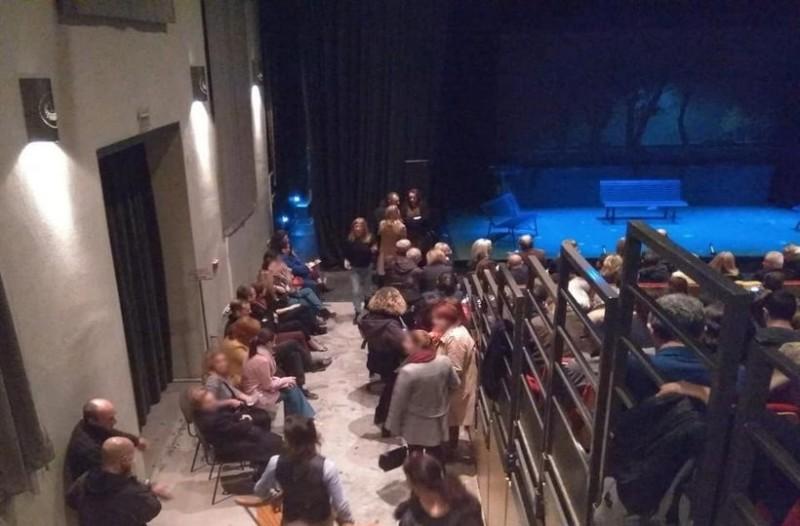 Χαμός στον Βόλο: Όρθιοι δεκάδες θεατές στην παράσταση του Γιώργου Κιμούλη!