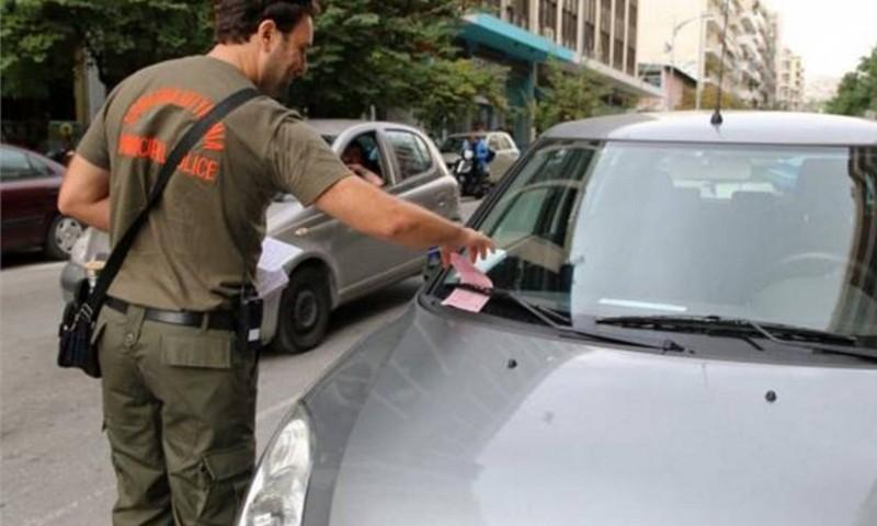 Βόλος: Δημοτική αστυνόμος κόβει κλήση σε ένα αυτοκίνητο! Τι τι ακολούθησε δεν έχει προηγούμενο!
