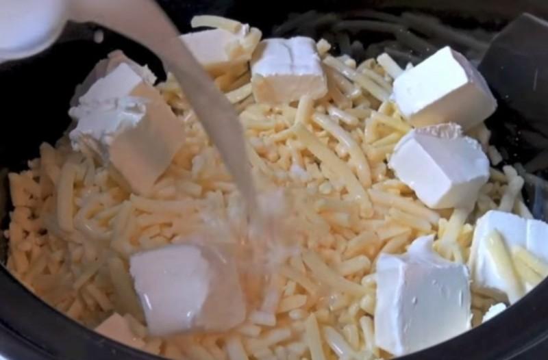 Βάζει τα μακαρόνια στην κατσαρόλα και πετάει τυρί φέτα! Το αποτέλεσμα; Γευστικότατο!
