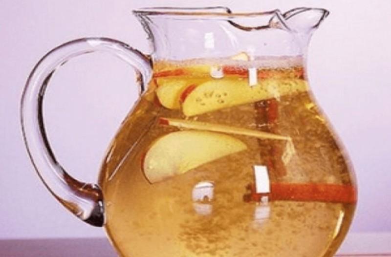 Πίνει νερό κανέλας με μήλο και λεμόνι! Μετά από 10 μέρες είδε στο σώμα της ότι...
