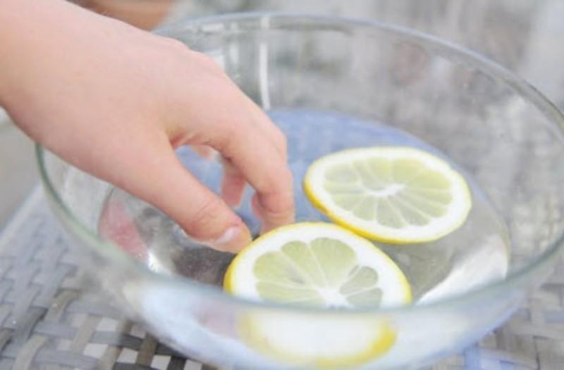 Ρίχνει χυμό λεμονιού πάνω στα νύχια της και... λύνει ένα καθημερινό πρόβλημα των γυναικών!
