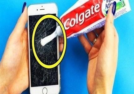Τρίβει οδοντόκρεμα πάνω στην οθόνη του κινητού! Ο λόγος; Θα σας αφήσει άφωνους!